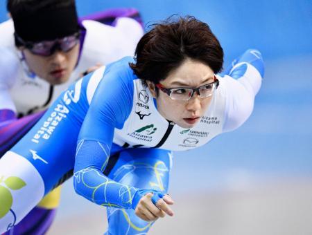 公式練習で調整する小平奈緒(手前)=エムウエーブ(アフロスポーツ/JSF提供)