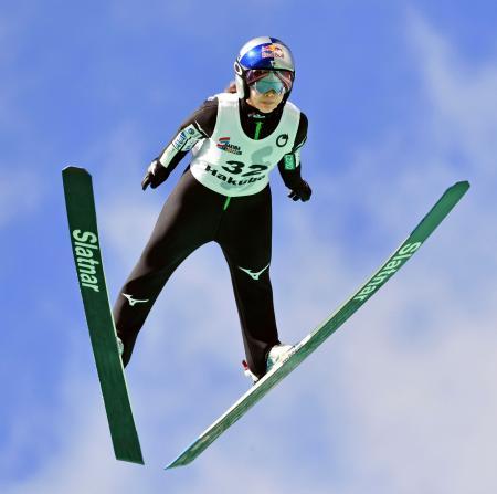 女子ノーマルヒルで優勝し、4連覇を果たした高梨沙羅=白馬ジャンプ競技場