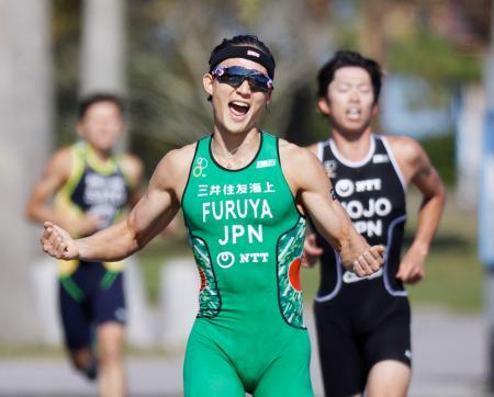 笑顔でゴールする男子の古谷純平。右は北條巧=みやざき臨海公園特設会場