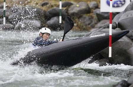 NHK杯全日本大会で、試走役を務める男子カヤックシングル東京五輪代表の足立和也=岩手県奥州市