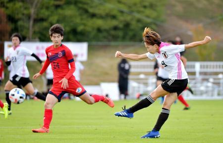 いわきFCユースチームとの練習試合で、シュートを放つ杉田(右)=福島県のJヴィレッジ