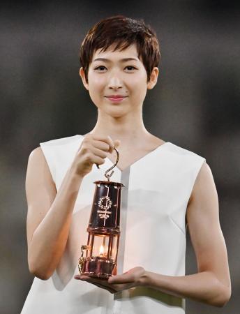 東京五輪の聖火が入ったランタンを手にする競泳の池江璃花子選手=7月、国立競技場