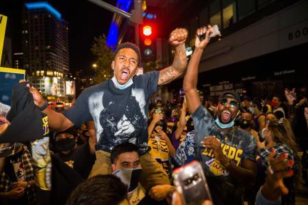 米プロバスケットボールNBAでレーカーズが優勝し、喜ぶロサンゼルスのファン=11日(AP=共同)