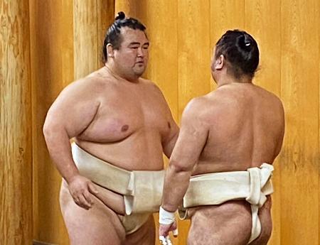 再入幕に意欲を燃やす元大関の琴奨菊(左)=千葉県松戸市の佐渡ケ嶽部屋(日本相撲協会提供)