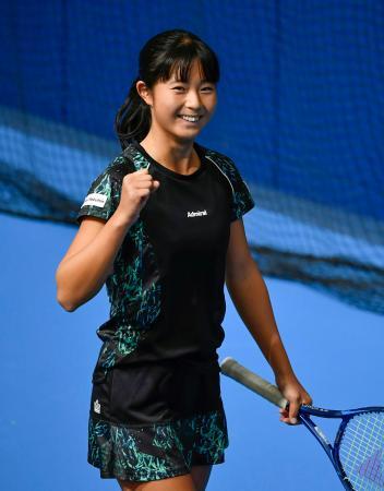 女子シングルスで4強入りを果たし、笑顔でガッツポーズする佐藤久真莉=東京有明テニスの森公園