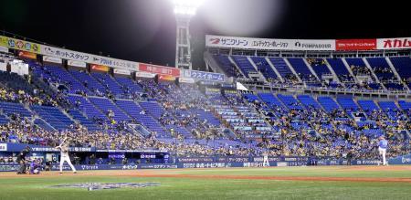 プロ野球の公式戦で上限の50%を超える観客を収容する実証実験が始まった横浜スタジアム=30日夜、横浜市