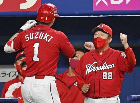 8回、2ランを放った鈴木誠(1)を迎える広島・佐々岡監督=ナゴヤドーム