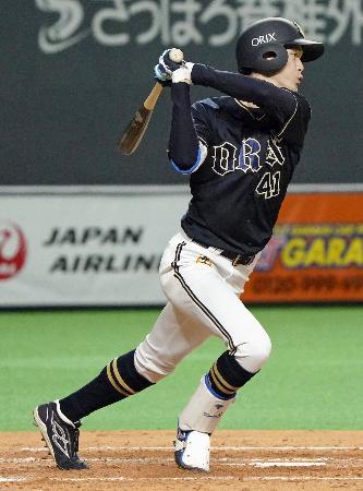 5回オリックス1死三塁、佐野が中前に同点打を放つ=札幌ドーム