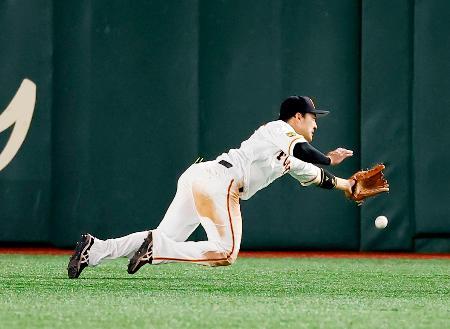 8回ヤクルト2死二塁、エスコバーの打球に飛びつく巨人の中堅手丸。捕球できず、同点三塁打となる=東京ドーム