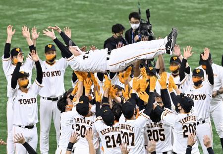 プロ野球セ・リーグで2年連続の優勝を決め、胴上げされる巨人・原辰徳監督=30日、東京ドーム