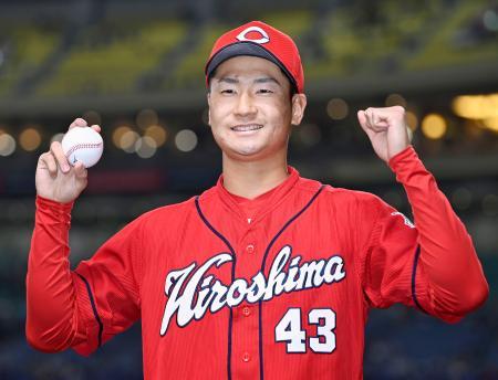 プロ初勝利を挙げ、笑顔でポーズをとる広島・島内=ナゴヤドーム