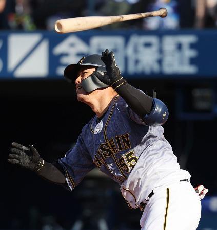 1回阪神2死、陽川が左越えに先制の満塁本塁打を放つ=横浜