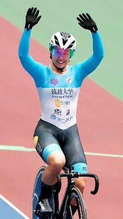 女子エリミネーションで優勝し、観客に手を振る梶原悠未=ヤマダグリーンドーム前橋