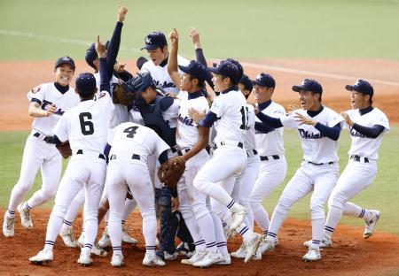 福岡大大濠に勝利し、初優勝を喜ぶ大崎ナイン=長崎