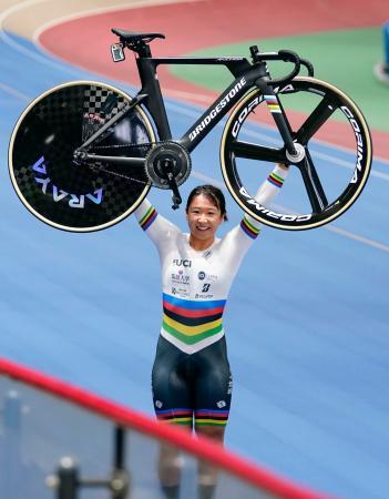 女子オムニアムで3連覇を達成し、自転車を掲げて喜ぶ梶原悠未=ヤマダグリーンドーム前橋
