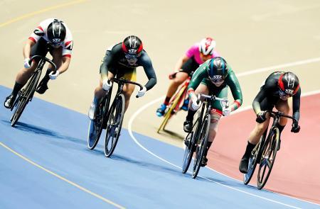 女子ケイリンで優勝した梅川風子(左から2人目)。右から2人目は2位の小林優香=ヤマダグリーンドーム前橋
