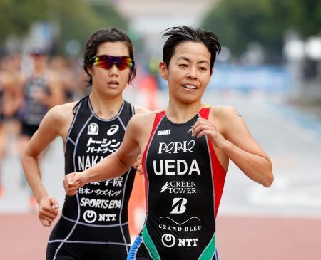 ランでゴールを目指す、女子で優勝した上田藍。左は2位の中嶋千紗都=東京・お台場