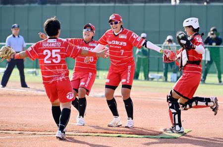 優勝を決め、喜ぶ上野(中央)らビックカメラ高崎ナイン=パロマ瑞穂野球場