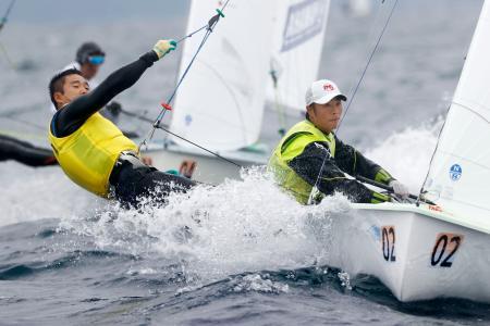 セーリングの全日本470選手権に出場した岡田奎樹(右)、外薗潤平組=江の島ヨットハーバー沖