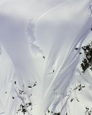 谷川岳のマチガ沢を滑る佐々木明(中央)。12日に上映会が行われたドキュメンタリー「TWINPEAKS」の一こま(本人提供)