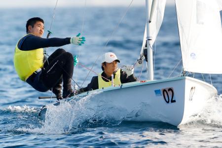 セーリングの全日本470級選手権に出場した岡田奎樹(右)、外薗潤平組=江の島ヨットハーバー沖