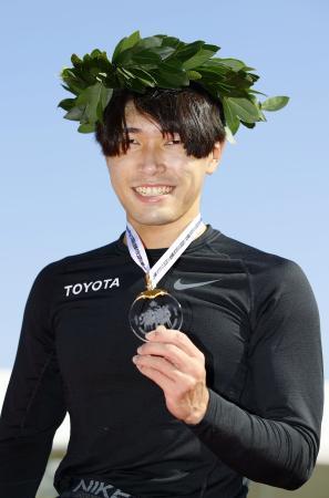 男子で優勝し、メダルを手にポーズをとる鈴木朋樹=大分市営陸上競技場
