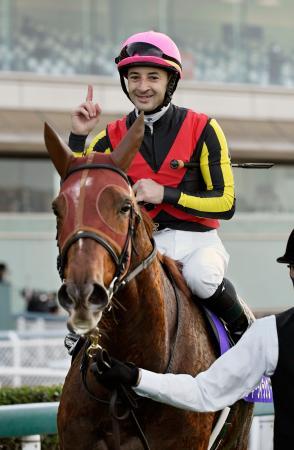 第45回エリザベス女王杯を制したラッキーライラックとクリストフ・ルメール騎手=阪神競馬場