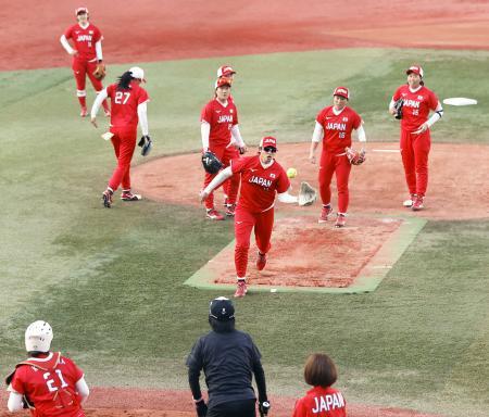 ソフトボール女子日本代表合宿で守備練習する上野(中央)ら。赤色を基調とした新ユニホームを着用した=横浜