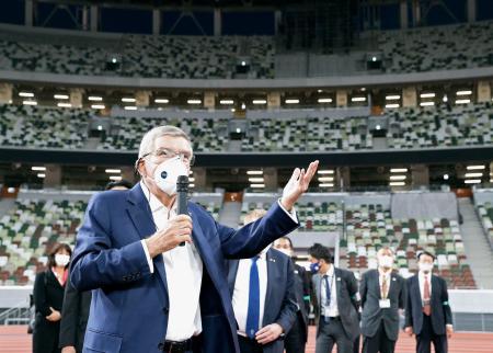 国立競技場を視察し、記者団の質問に答えるIOCのバッハ会長=17日午後(代表撮影)