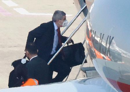 チャーター機に乗り込むIOCのバッハ会長=18日午後、羽田空港