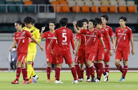 10月28日、3回戦の勝利を喜ぶホンダFCイレブン=静岡