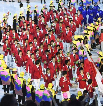 リオデジャネイロ五輪の開会式で入場行進する日本選手団=2016年(共同)