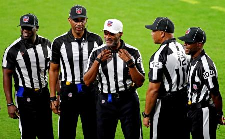 バッカニアーズとラムズの試合前に集合して写真に納まる黒人審判団=タンパ(USAトゥデー・ロイター=共同)