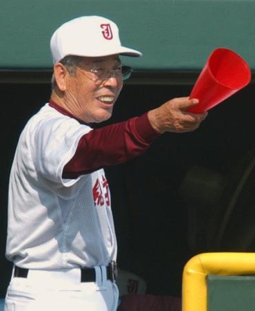 2003年の夏の甲子園大会で、指示を出す常総学院高の木内幸男監督