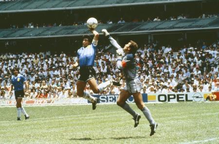 1986年W杯メキシコ大会準々決勝のイングランド戦で、「神の手ゴール」を決めるアルゼンチンのマラドーナ(中央)=メキシコ市(ゲッティ=共同)