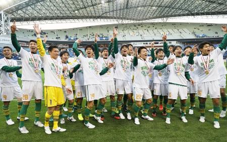第98回全国高校サッカー選手権で青森山田を破って24大会ぶり2度目の優勝を果たし、歓声に手を振って応える静岡学園イレブン=1月13日、埼玉スタジアム