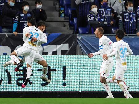 G大阪―鳥栖 前半、ゴールを決め、喜ぶ鳥栖・相良(左奥)=パナスタ