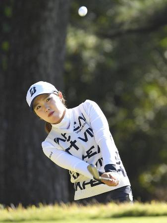 リコー杯女子ゴルフ最終日、14番でアプローチショットを放つ古江彩佳=11月29日