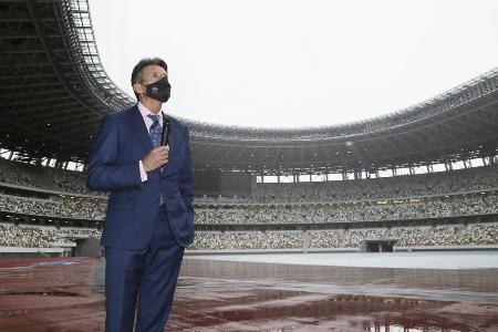 国立競技場を視察する世界陸連のセバスチャン・コー会長=10月8日