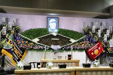 木内幸男さんの葬儀・告別式の会場に設けられた、グラウンドを模した祭壇=3日、茨城県取手市