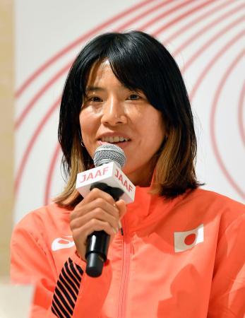 陸上の日本選手権から一夜明け、笑顔で記者会見する女子1万メートルで東京五輪代表に決まった新谷仁美=5日午前、大阪市