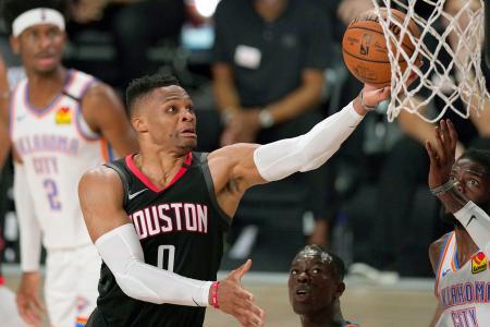 NBAのサンダー戦でシュートを放つロケッツ時代のウエストブルック。このほどウィザーズにトレードで移籍した=9月、オーランド近郊(AP=共同)