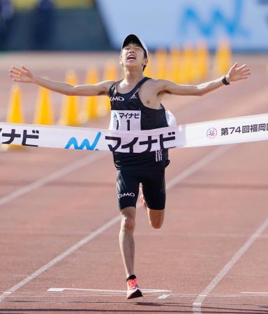2時間7分5秒で初優勝した吉田祐也=平和台陸上競技場