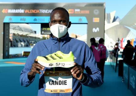 57分32秒の世界新記録を樹立したキビウォット・カンディ(ケニア)=6日、スペイン・バレンシア(ゲッティ=共同)