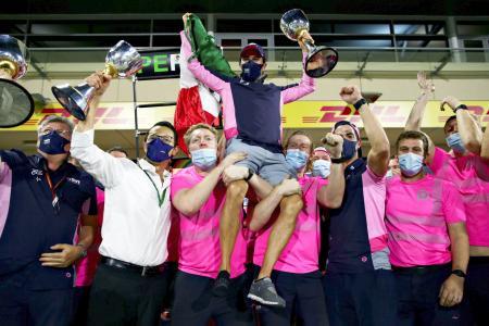 F1のサキール・グランプリで優勝し、仲間に担がれて喜ぶセルヒオ・ペレス=サキール(ゲッティ=共同)