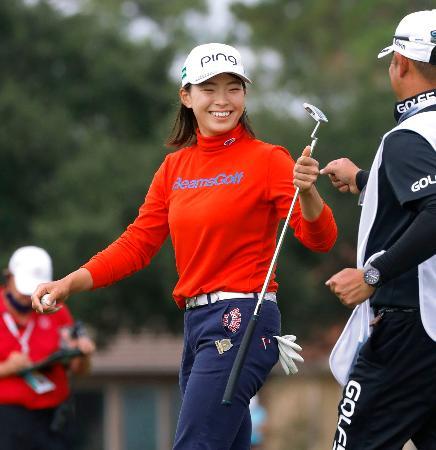 ゴルフの全米女子オープン選手権第2ラウンドで、通算7アンダーの単独首位に立った渋野日向子。17番でバーディーを奪い、笑顔を見せる=11日、米ヒューストンのチャンピオンズGC(共同)