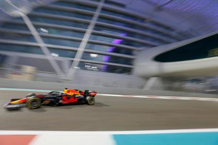 F1アブダビGP予選で今季初のポールポジションを獲得したフェルスタッペンのレッドブル・ホンダ=12日(AP=共同)