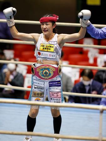 チャンピオンの吉田実代を負傷判定で破り、新王者となった奥田朋子=エディオンアリーナ大阪