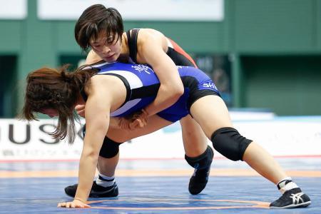女子57キロ級決勝 永本聖奈(手前)を攻める南條早映=駒沢体育館