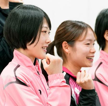 記者会見を終え、ポーズをとる前田穂南(左)と一山麻緒=19日、岡山市